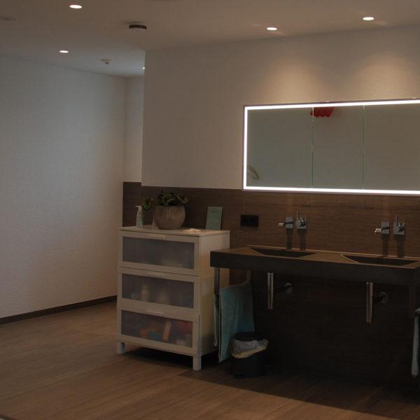 Ein Firmenneubau - Einfamilienhaus mit angeschlossenem Bürogebäude, Bad, Lichtinstallation, Elektro Krauß